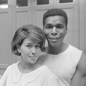 Anneke Gronloh in Snip en Snap Revue , Anneke Gronloh en Donald Jones (close-up) *18 juni 1965